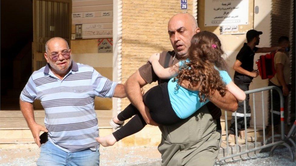 رجل يحمل ابنته
