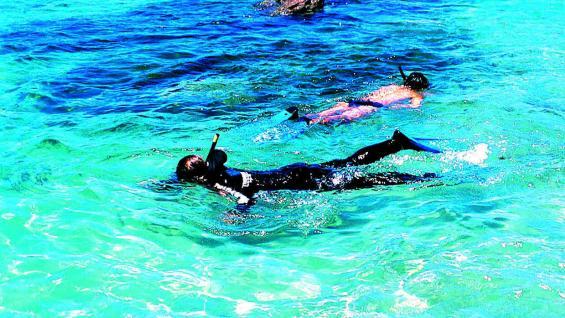 Las aguas transparentes son ideales para el snorkel o buceo.