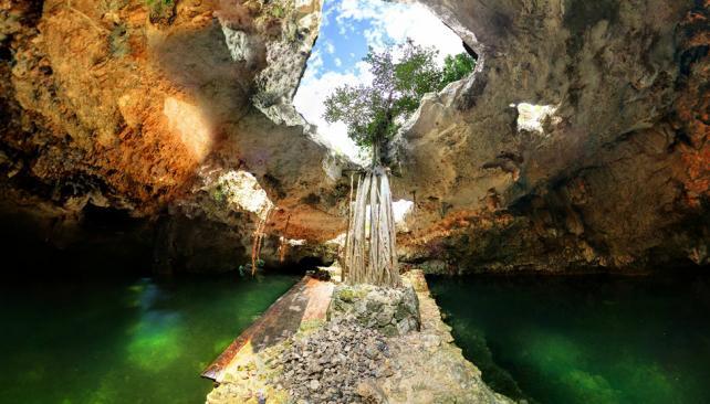 """CENOTE. El agua que yace en el """"pozo de los sacrificios"""" es virgen para los mayas porque aún no vio la luz. (Aguas Cordobesas)"""