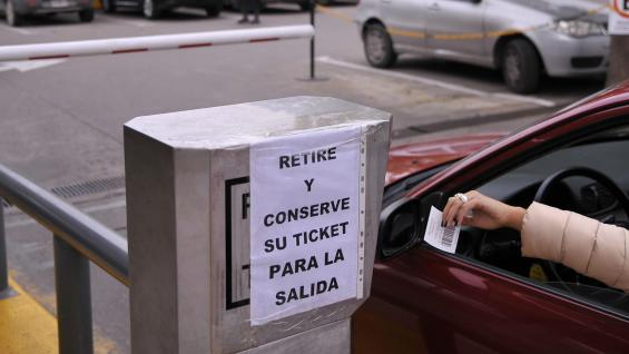 Advertencia. Si un conductor intenta salir del estacionamiento sin ticket, un policía pedirá acreditar la propiedad. (Antonio Carrizo)