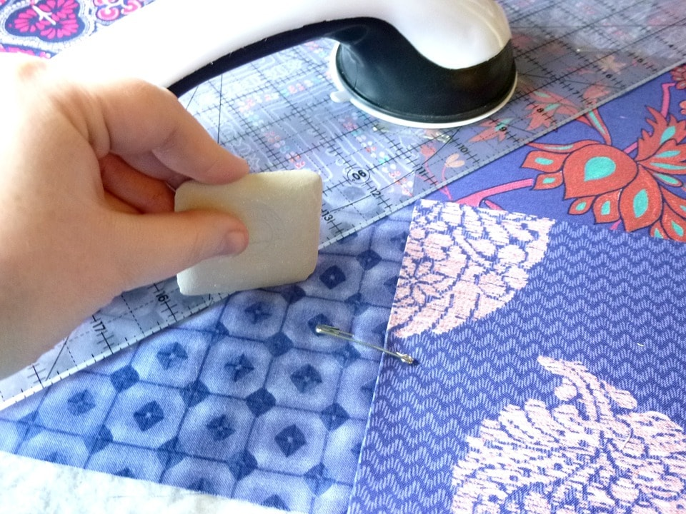 Per realizzare una borsa in tessuto decorata con patchwork occorrono due pezzi di stoffa trapuntata 50×50 a tinta unita e 9 quadrati di stoffa di fantasia diversa di misura 14×14. Trapunta Matrimoniale Fai Da Te Idee Originali Per Realizzarla
