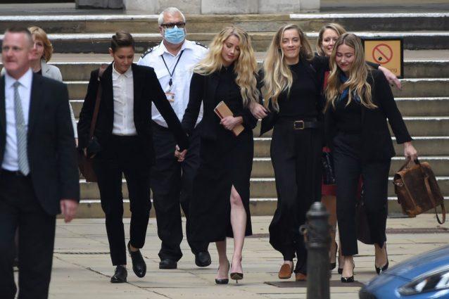 Amber Heard con la fidanzata Bianca Butti mentre esce dal tribunale nel 2020