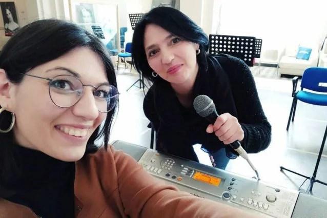 Chiara Provvidenza con la madre mentre le da' lezioni di canto