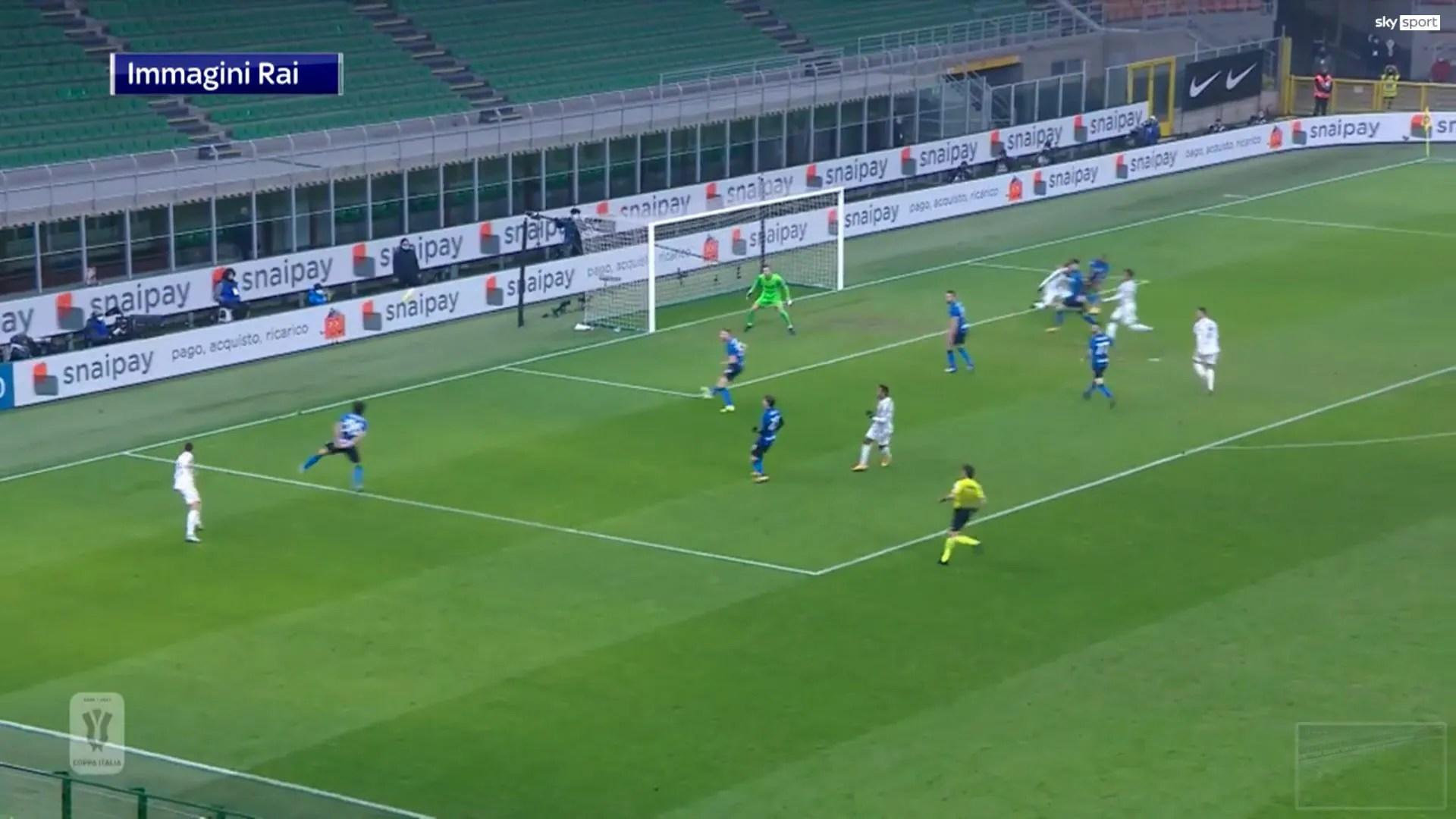Calvarese osserva la postura del calciatore dell'Inter (braccia incrociate dietro la schiena)