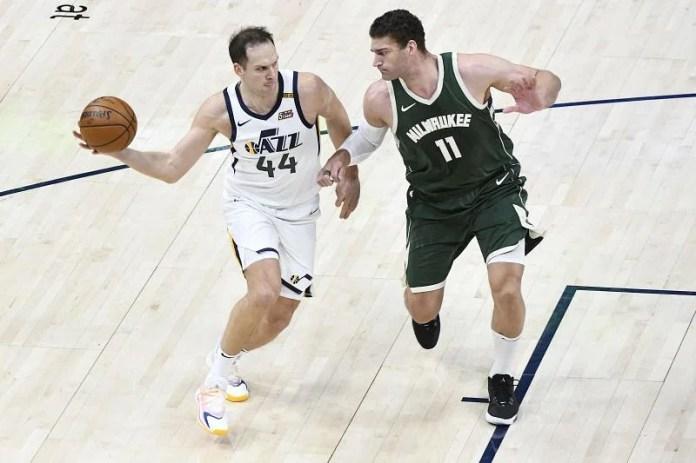 Bojan Bogdanovic of the Utah Jazz passes through Brook Lopez # 11 of the # 44 Milwaukee Bucks.