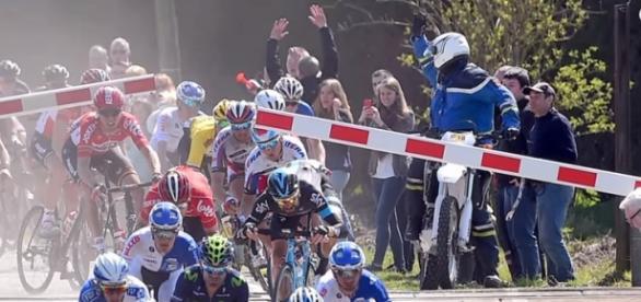Risultati immagini per passaggio a livello ciclismo