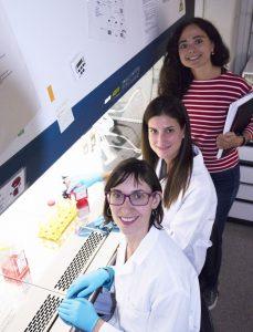 Mireia Sospedra (detrás), Paula Ojer-Tomas y Raquel Planas, del Hospital Universitario de Zúrich.