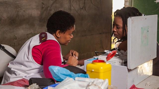 Las enfermeras de MSF atienden a un grupo de granjeros en una granja cercana a Eshowe, KwaZulu-Natal, donde se está trabajando para dar consejo, diagnóstico y tratamiento del VIH a esta población clave.