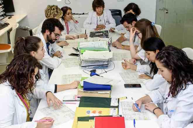 Un grupo de médicos MIR reunidos en una sesión de casos clínicos de Cuidados Intensivos del Hospital Niño Jesús de Madrid.