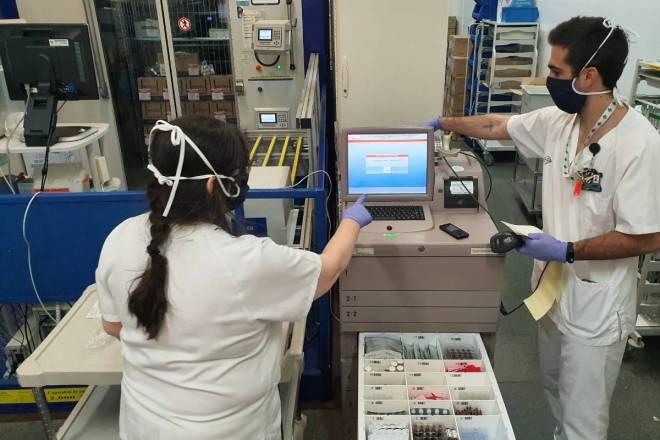 Dos farmacéuticos del Hospital de la Santa Creu i Sant Pau, en Barcelona. / SEFH