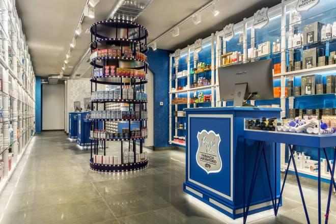 Farmacia Pazó, en Monforte de Lemos (Galicia), es la botica laboratorio más antigua de la zona. Data de 1874 y tiene una superficie de venta de 50 m2.