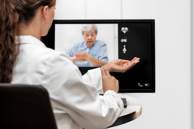 Una médico pasa teleconsulta con una paciente
