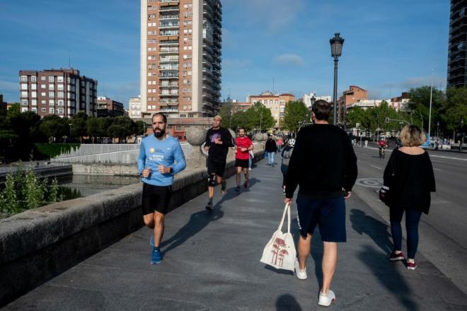 Deportistas y personas de paseo durante la fase 0 de la desescalada durante la epidemia de coronavirus (José Luis Pindado)