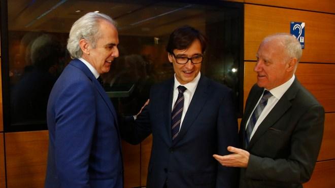 Enrique Ruiz Escudero, consejero de Sanidad de Madrid, conversa con Salvador Illa, ministro de Sanidad, y Faustino Blanco, secretario general de Sanidad.