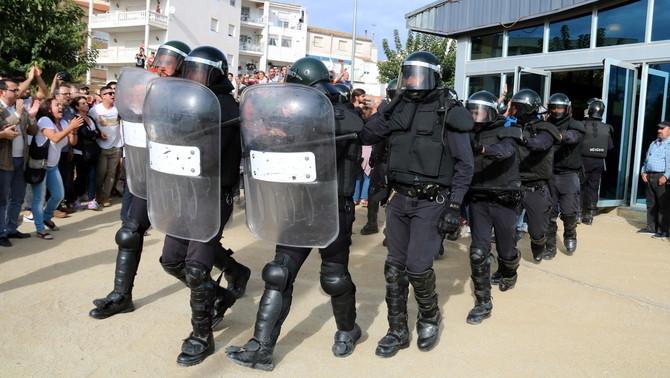 Agents de la Guàrdia Civil en plena acció l'1 d'Octubre (ACN)