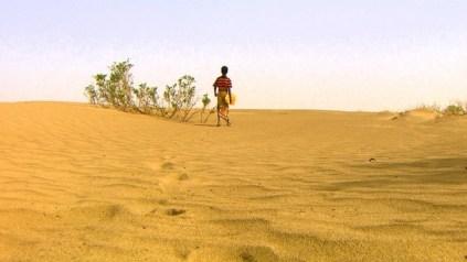Un nen camina pel desert a Etiòpia
