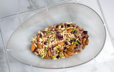 Preparazione Uovo di Pasqua al cioccolato fondente e frutta secca - Fase 3