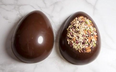 Preparazione Uovo di Pasqua al cioccolato fondente e frutta secca - Fase 5