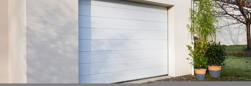Porte de garage sectionnelle - BATI RENOV PLUS - Villeurbanne, Lyon, Meyzieu, Décines-Charpieu, Rhône (69), Ain (01), Isère (38)