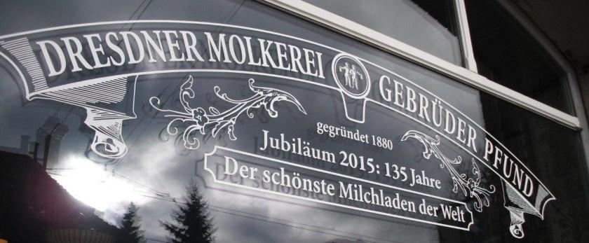 Fensterbeschriftung am Milchladen Pfunds Molkerei, Neustadt, Dresden