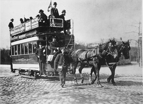Doppeldeckwagen von Dresdens erster Pferdestraßenbahn Böhmischer Bahnhof-Tannenstraße, eröffet 1872