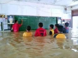gambar lucu belajar saat banjir