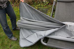 Durch den großen leichtgängigen Reißverschluss an der Schutzhülle läßt sich das Dach leicht verstauen.