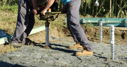 Zavrtávání zemních vrutů