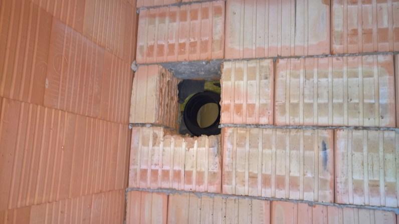 Díra ve stěně pro kouřovod krbu