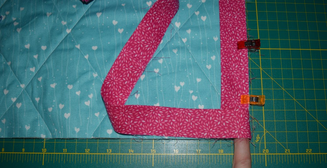 Step by Step Guide to Sewing your own Baby Quilt for even the most inexperienced beginner sewers. Follow along week by week to create your own beautiful baby quilt from start to finish! Quilt Along Part 5 focuses on binding and finishing your quilt. Repin now for later!