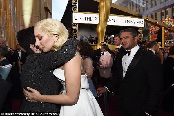 La célèbre chanteuse Lady Gaga confirme qu'elle a de la fibromyalgie et qu'elle l'admet à l'hôpital.