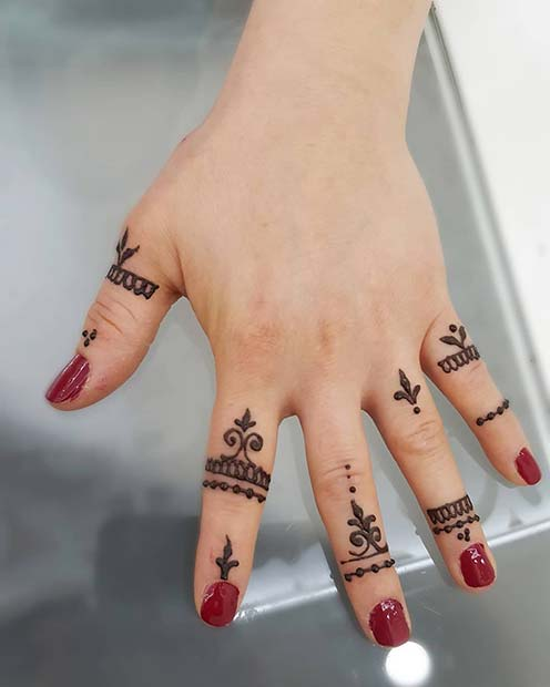 Henna Art on the Fingers