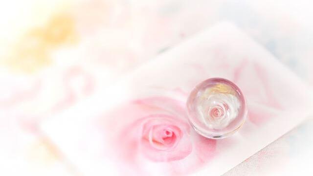 淡いバラ背景に水晶1つ
