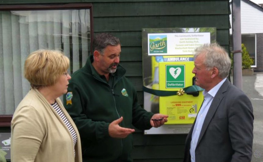 MP Glyn Davies (right) with park owner Edward Rhodes and holiday home owner and former nurse Margaret Fuller
