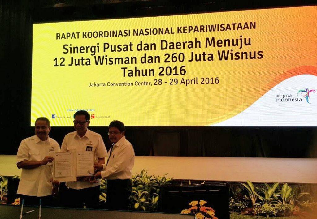 Setelah penandatanganan MOU, Asisten Kementerian Pariwisata Prof. Dr. H.M Ahman Sya (Tengah) foto bersama dengan Ketua STBA-PIA Prof. Dr. Berlin Sibarani M.Pd (Kanan)