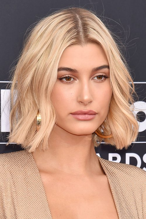 Hailey Baldwins Hairstyles Amp Hair Colors Steal Her Style