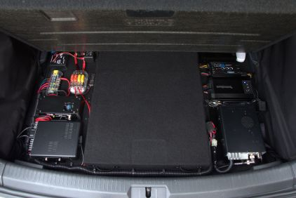 An overview of the panel with the trunk floor lifted...