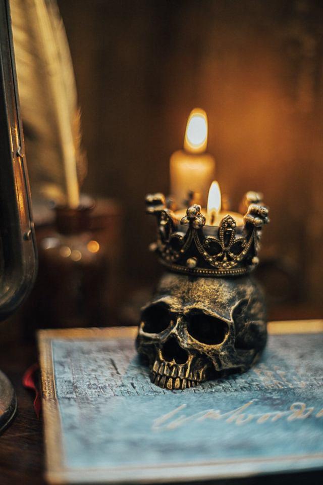 Human Skull candleholder. 4