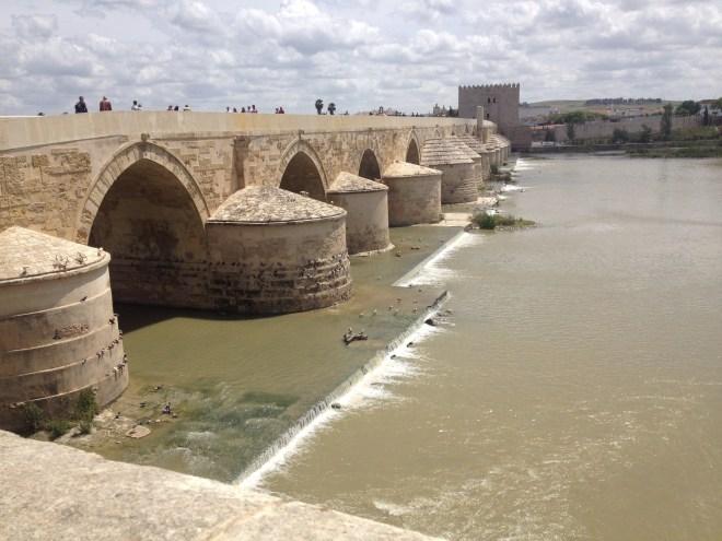 Puente Romano, Cordoba, Andalusien, Spanien.