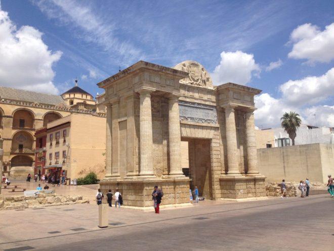 Triumfbue ved Guadalquivir, Cordoba, Andalusien, Spanien.