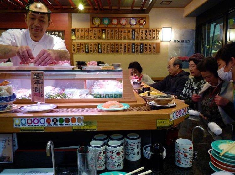 800px-Tokyo-Kaiten_sushi,_Japan_(2010).jpg