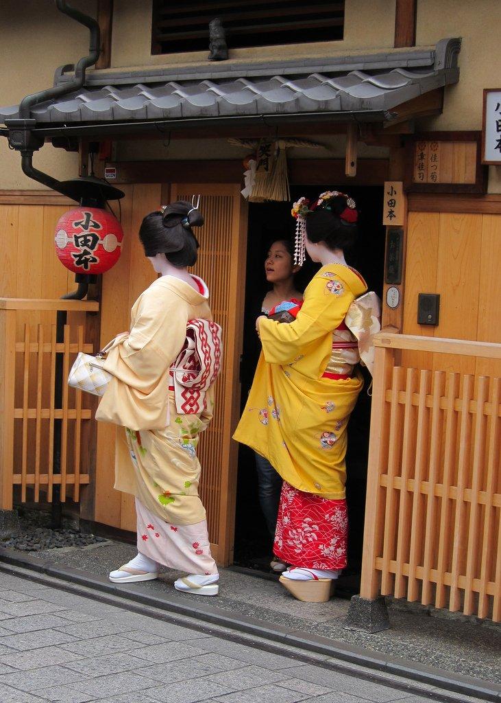 Geisha,_maiko,_shikomi_in_Kyoto.jpg