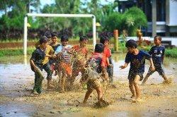 Keseharian Khas Anak Jaman Dulu Ini Bikin Kamu Kangen Masa Kecil