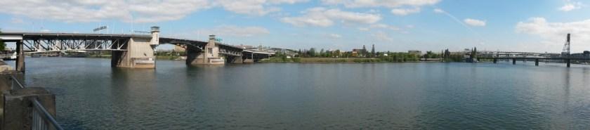 Blick auf mehrere Brücken am Williamette River in Portland