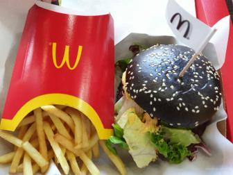 Ein McDonalds Menü mit schwarzem Brötchen. Sieht interessant aus?