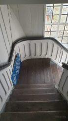 Über eine Treppe kamen wir nach oben