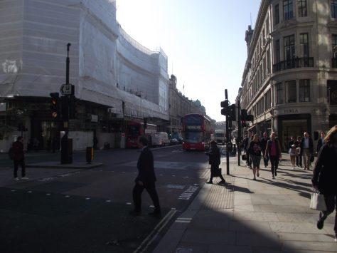 Rot oder nicht, wenn die Straße frei ist, wird sie überquert - ohne Pardon.
