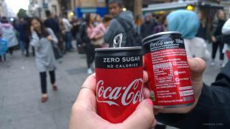 Die Cola-Dosen wurden in der Fußgängerzone verteilt, sie sind winzig klein...