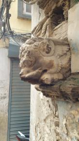 Kunstvoll geschnitzte Tierköpfe