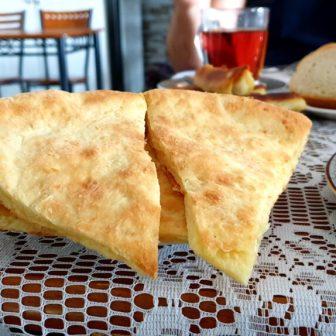 Chatschapuri, mit Käse gefüllte Brotfladen